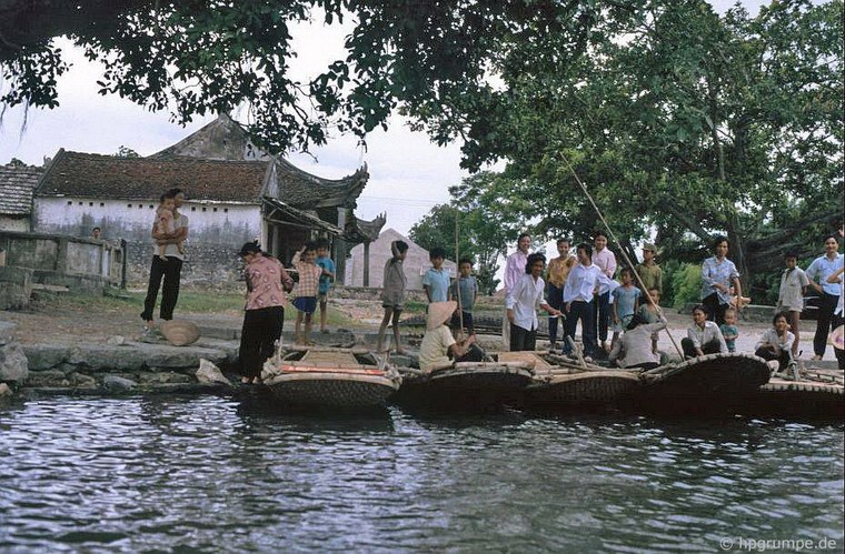 First tourist boats in Tam Coc